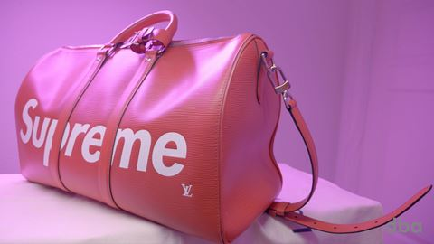 VIDEO. Se Supreme x Louis Vuitton taske Keepall Bandoulier på DBA her i DBA Guide-videoen